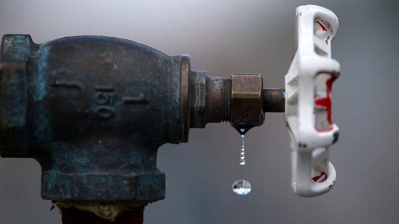 El agua gotea de un grifo en la estación de llenado de agua reciclada residencial del Distrito de Servicios de Dublin San Ramon (DSRSD) el 8 de abril de 2015 en Pleasanton, California (EE.UU.). (Justin Sullivan / Getty Images)