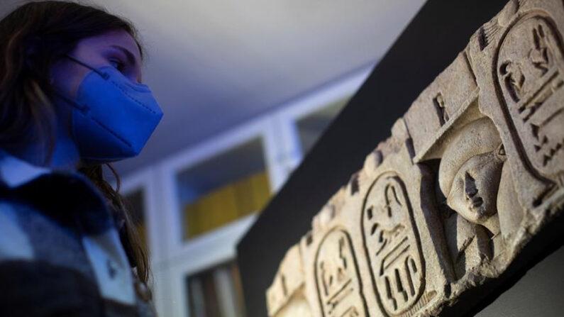 La misión arqueológica conjunta integrada por el Museo Egipcio de Barcelona, la Universidad de Tubinga y el Consejo Supremo de Antigüedades de Egipto presentaron este jueves 25 de marzo de 2021 el hallazgo de restos del templo de Ptolomeo I en el yacimiento arqueológico de Kom el-Ajmar Sharuna, en la región de Menia. EFE/Marta Perez