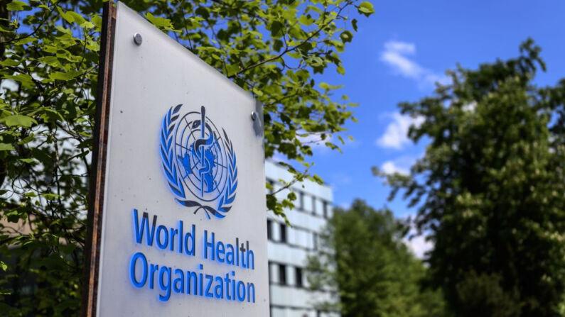 Esta foto tomada el 24 de abril de 2020 muestra un logotipo de la Organización Mundial de la Salud (OMS) en Ginebra (Suiza) junto a su sede. (FABRICE COFFRINI/AFP a través de Getty Images)