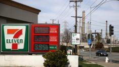 Políticas de Biden subirían precio de la gasolina más allá de lo que lo hace la escasez hoy: Expertos