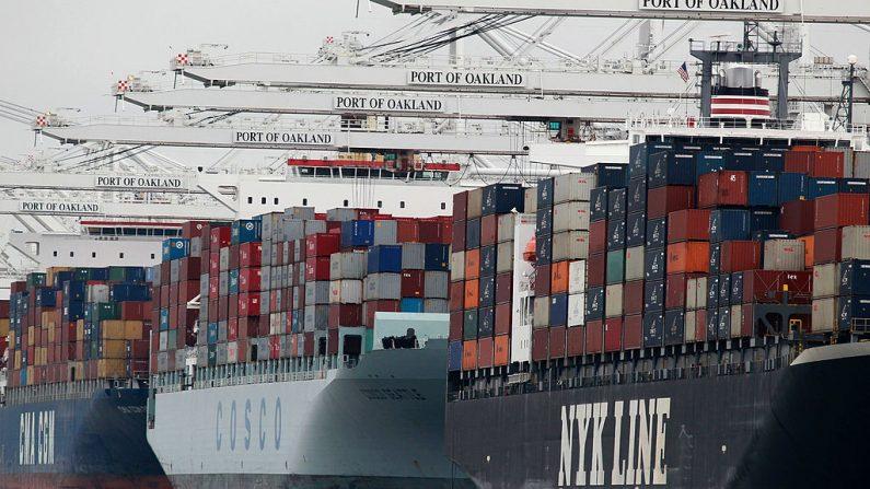 Los buques portacontenedores se colocan debajo de las grúas en el puerto de Oakland el 16 de agosto de 2010 en Oakland, California (EE.UU.). (Justin Sullivan / Getty Images)
