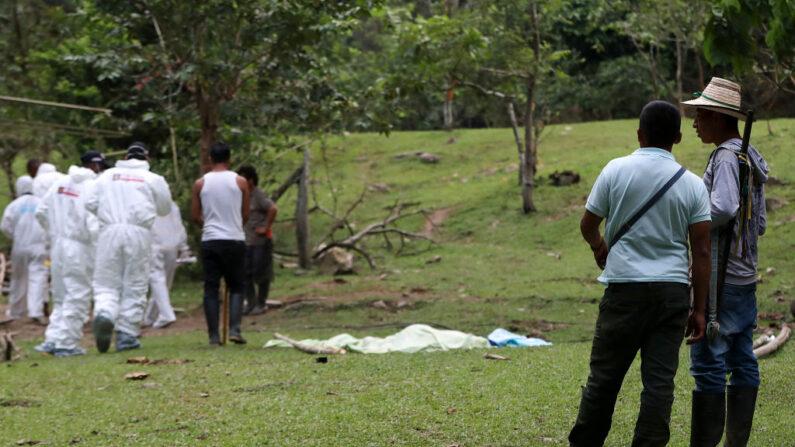 En la imagen de archivo, peritos forenses del Cuerpo Técnico de Investigación (CTI) de la Fiscalía colombiana que revisaban el sitio luego de que una explosión dejara 10 muertos y 4 heridos en un territorio indígena en el municipio de Dagua, Valle del Cauca, Colombia el 21 de marzo de 2019. (STR / AFP vía Getty Images)
