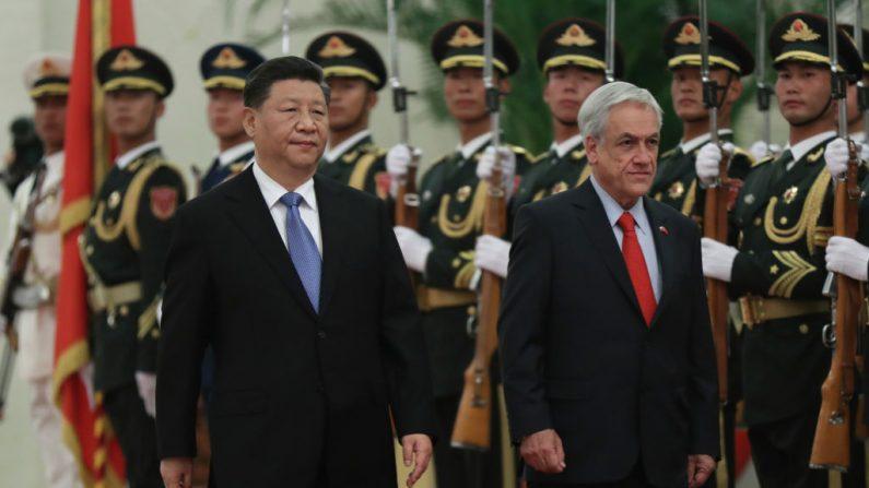 El presidente de Chile Sebastián Piñera (dcha.) y el mandatario chino Xi Jinping asisten a una ceremonia de bienvenida en el Gran Salón del Pueblo en Beijing el 24 de abril de 2019. (KENZABURO FUKUHARA/AFP vía Getty Images)