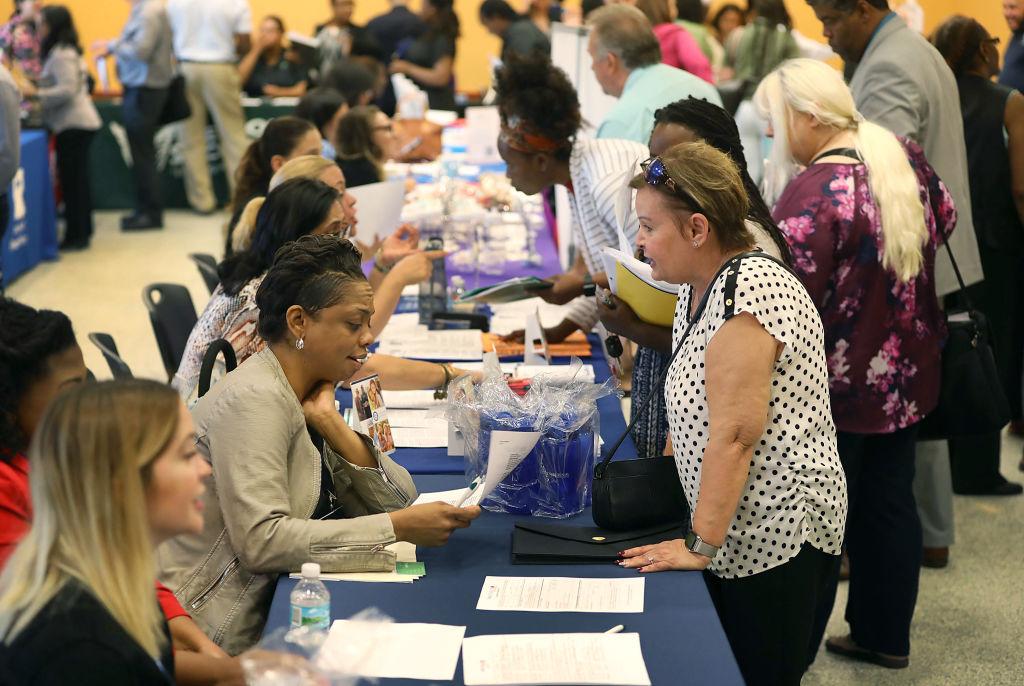 Bajan a 576,000 las solicitudes semanales de subsidio por desempleo en EE.UU.