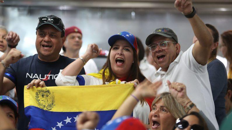 La gente muestra su apoyo al presidente interino de Venezuela, Juan Guaidó, mientras ve cómo se desarrollan los acontecimientos por televisión en el restaurante venezolano El Original EL Arepazo, el 30 de abril de 2019 en Doral, Florida. (Joe Raedle/Getty Images)