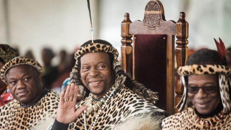 El rey zulú Goodwill Zwelithini ka Bhekuzulu (medio) y el príncipe de la nación zulú y exlíder del Partido de la Libertad Inkatha (i), el príncipe Mangosuthu Buthelezi (d), se unen a miles de personas para conmemorar la celebración del día del rey Shaka cerca de la tumba del gran zulú El rey Shaka en Kwadukuza, a unos 98 kilómetros al norte de Durban, el 24 de septiembre de 2019. (Rajesh Jantilal / AFP a través de Getty Images)