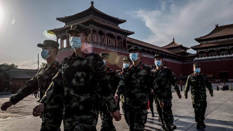 Soldados del Ejército Popular de Liberación (EPL) marchan frente a la entrada de la Ciudad Prohibida, en Beijing, el 19 de mayo de 2020. (NICOLAS ASFOURI/AFP vía Getty Images)