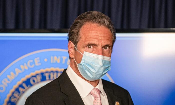 El gobernador de Nueva York, Andrew Cuomo, asiste a una sesión informativa en la gobernación, en Nueva York, el 12 de junio de 2020. (Jeenah Moon/Getty Images)
