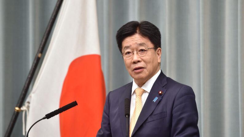 El secretario jefe del gabinete de Japón, Katsunobu Kato, habla durante una conferencia de prensa en la oficina del primer ministro en Tokio, Japón, el 16 de septiembre de 2020. (Kazuhiro Nogi / AFP vía Getty Images)