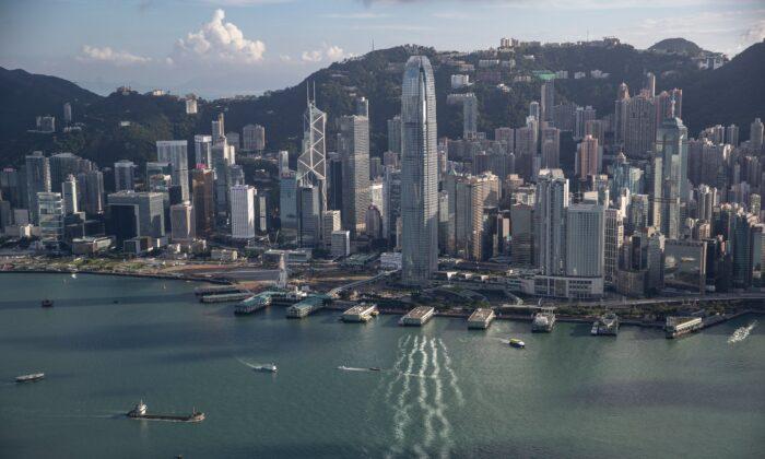 El puerto de Victoria junto a edificios comerciales y residenciales en Hong Kong, el 20 de septiembre de 2020, (May James/AFP a través de Getty Images)