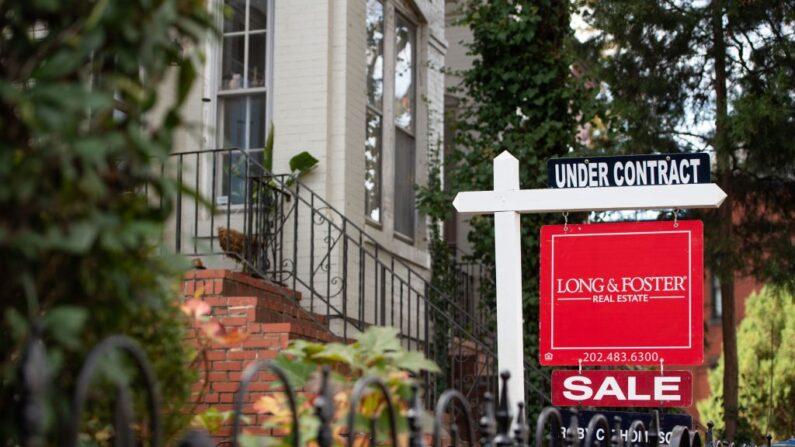 """El letrero de venta de bienes raíces de una casa muestra que la casa está """"bajo contrato"""" en Washington, DC, 19 de noviembre de 2020. (Saul Loeb / AFP vía Getty Images)"""