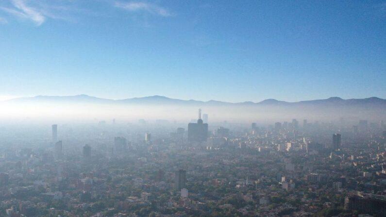 Vista aérea que muestra baja visibilidad por contaminación del aire en la Ciudad de México,  México, el 1 de enero de 2021. (Alfredo Estrella / AFP vía Getty Images)
