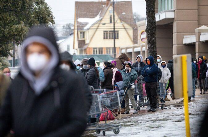 La gente espera en largas filas en una tienda de comestibles H-E-B en Austin, Texas, el 17 de febrero de 2021.(Montinique Monroe/Getty Images)