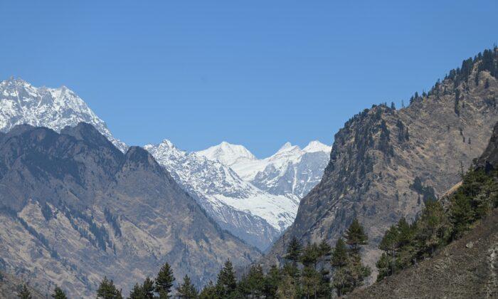 El Pico nevado de las montañas del Himalaya se ve desde un remoto valle del Himalaya indio en el distrito de Chamoli, en Uttarakhand, el 11 de febrero de 2021, días antes de una mortal inundación repentina. (SAJJAD HUSSAIN/AFP vía Getty Images)