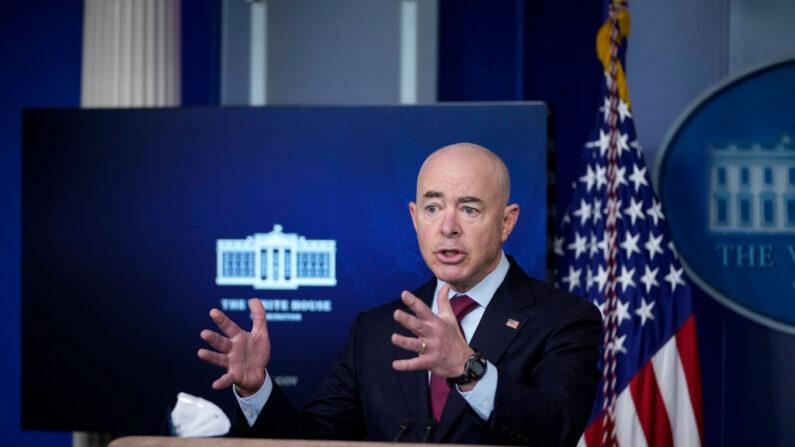 El secretario de Seguridad Nacional, Alejandro Mayorkas, habla durante una conferencia de prensa en la Casa Blanca, el 1 de marzo de 2021, en Washington, D.C. (Drew Angerer/Getty Images)