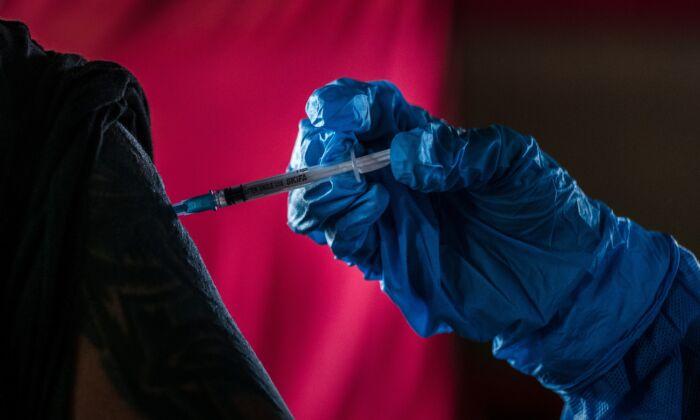 Un hombre recibe una dosis de la vacuna anti-COVID, fabricada en China por Sinovac, durante un programa de vacunación masiva en Yogyakarta, Indonesia, el 2 de marzo de 2021. (Ulet Ifansasti/Getty Images)