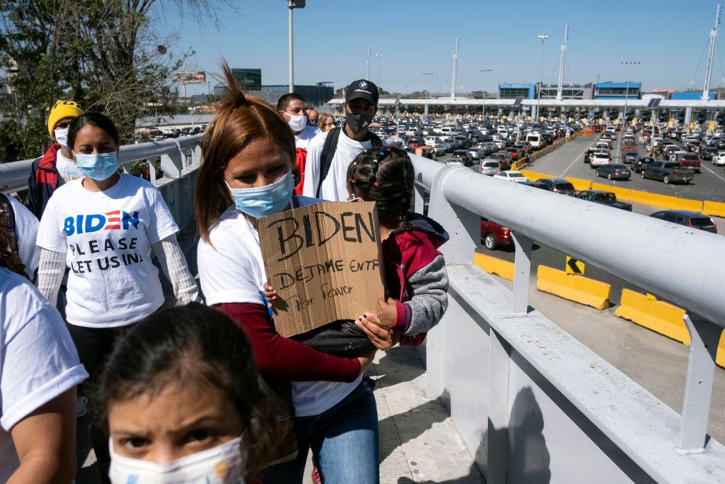 Gobierno de Biden prohíbe a funcionarios del DHS hablar con prensa sobre crisis en frontera: Breitbart