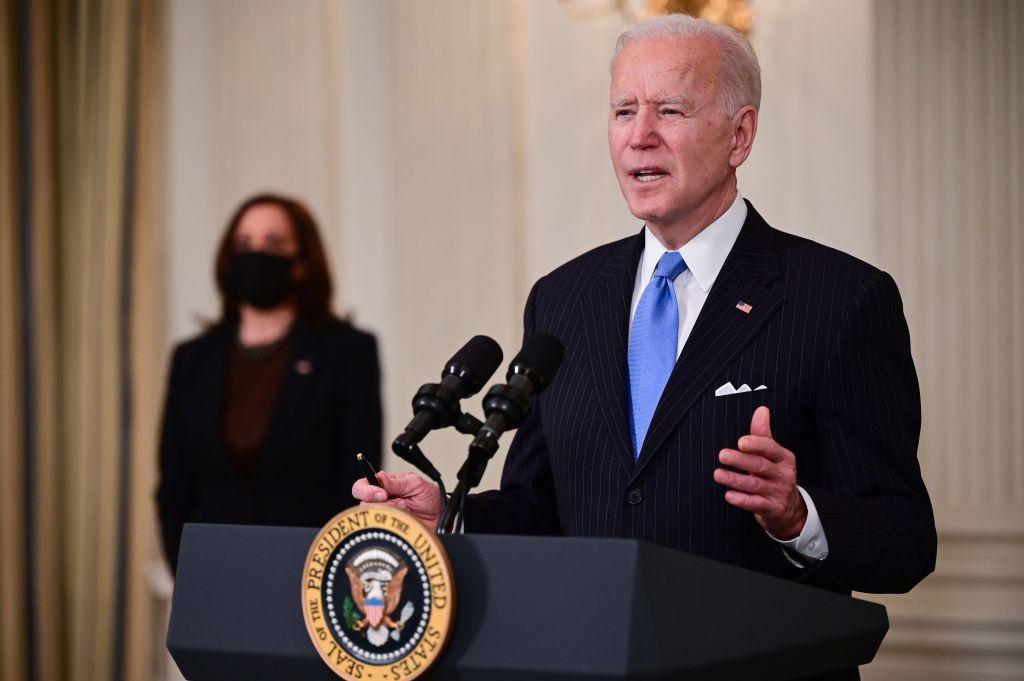 Biden acuerda con senadores demócratas deducciones para cheques y más prestaciones por desempleo