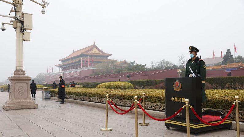 Un agente de policía armado lleva una mascarilla mientras monta guardia frente a la Puerta de Tiananmen antes de la ceremonia de apertura de la cuarta sesión del 13º Comité Nacional de la Conferencia Consultiva Política del Pueblo Chino (CCPPCh) en Beijing, el 4 de marzo de 2021. (Lintao Zhang/Getty Images)