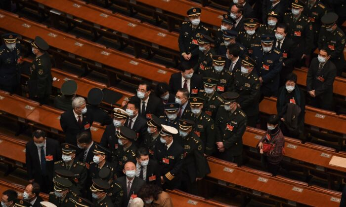 Los delegados militares salen después de la conferencia de la legislatura títere de China en el Gran Salón del Pueblo en Beijing, China, el 8 de marzo de 2021. (NOEL CELIS/AFP vía Getty Images)