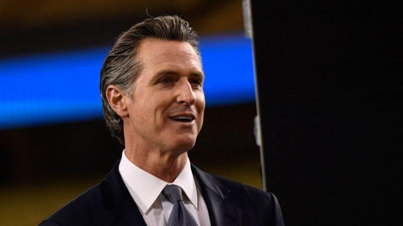 El gobernador de California, Gavin Newsom, pronuncia el discurso sobre la situación del Estado en el estadio de los Dodgers en Los Ángeles, California, el 9 de marzo de 2021. (Foto de Patrick T. Fallon/AFP vía Getty Images)