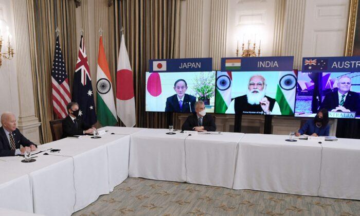 """El presidente Joe Biden (izq.), con el secretario de Estado Antony Blinken (segundo izq.), se reúne virtualmente con miembros de la alianza """"Quad"""" de Australia, India, Japón y Estados Unidos, en el comedor estatal de la Casa Blanca, en Washington, el 12 de marzo de 2021. (Olivier Douliery/AFP a través de Getty Images)"""