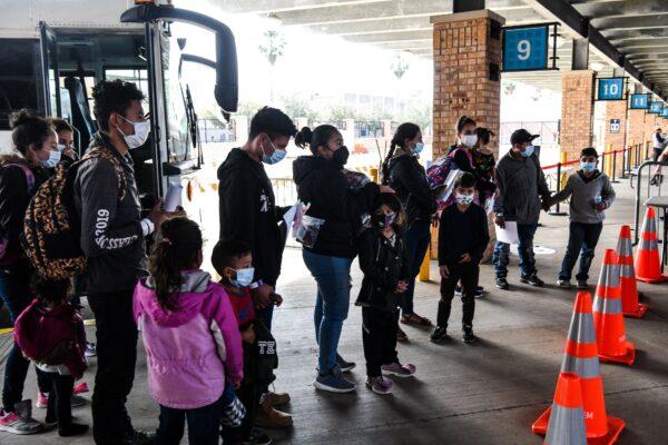 Inmigrantes que cruzaron ilegalmente la frontera, mayormente de Centroamérica, son trasladados por la Oficina de Aduanas y Protección Fronteriza a una estación de autobuses en la ciudad fronteriza de Brownsville, Texas, el 15 de marzo de 2021. (Chandan Khanna/AFP vía Getty Images)