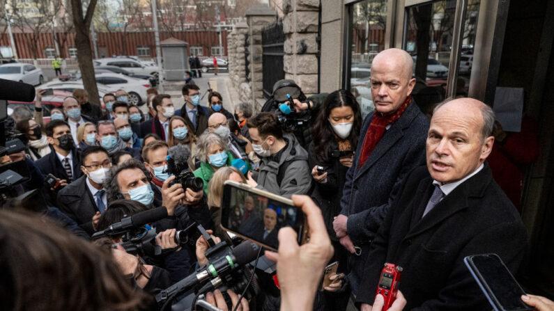 El encargado de Negocios de la Embajada de Canadá, Jim Nickel (d) y el Jefe Adjunto Interino de Misión de la Embajada de los Estados Unidos, William Klein (2do d), hablan con los medios de comunicación y diplomáticos de apoyo después de que se les negó la entrada al juicio a puerta cerrada para los canadienses Michael Kovrig el 22 de marzo de 2021 en Beijing, China. (Kevin Frayer / Getty Images)