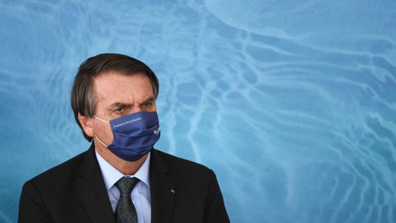 El presidente brasileño, Jair Bolsonaro, asiste al lanzamiento del Programa de Aguas Brasileñas en celebración del Día Internacional del Agua en el Palacio Planalto en Brasilia, el 22 de marzo de 2021. (Evaristo Sa / AFP vía Getty Images)
