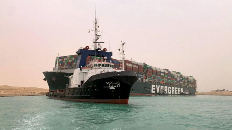 Una imagen distribuida publicada por la Autoridad del Canal de Suez el 24 de marzo de 2021 muestra una parte del MV Ever Given (Evergreen), propiedad de Taiwán, una embarcación de 400 metros (1300 pies) de largo y 59 metros de ancho, colocada de lado e impedir todo el tráfico a través de la vía fluvial del Canal de Suez de Egipto. (Autoridad del Canal de Suez / Handout / AFP vía Getty Images)