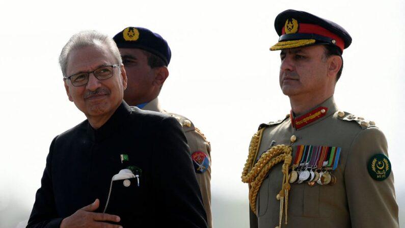 El presidente de Pakistán, Arif Alvi (i), inspecciona a la guardia de honor durante el desfile militar para conmemorar el Día Nacional de Pakistán en Islamabad el 25 de marzo de 2021. (Aamir Qureshi / AFP vía Getty Images)