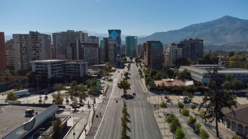 Vista aérea de Santiago en encierro, el 27 de marzo de 2021, en medio de la pandemia de COVID-19. (Martin Bernetti / AFP vía Getty Images)