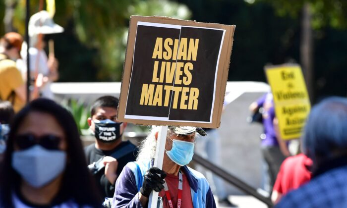 Activistas se reúnen para una manifestación en el Ayuntamiento de Los Ángeles, California, el 27 de marzo de 2021, denunciando el sentimiento y el odio contra los estadounidenses de origen asiático y los isleños del Pacífico. (Fredric J. Brown / AFP a través de Getty Images)