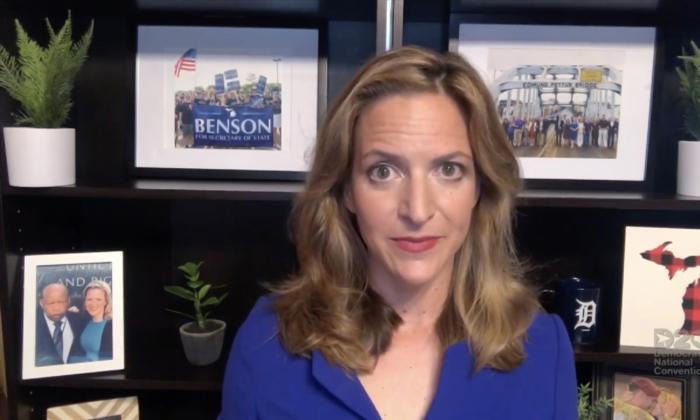 En esta captura de pantalla de la transmisión en vivo del DNCC, de la Convención Nacional Demócrata de 2020, la Secretaria de Estado de Michigan, Jocelyn Benson, se dirige a la convención virtual, el 20 de agosto de 2020. (DNCC a través de Getty Images)