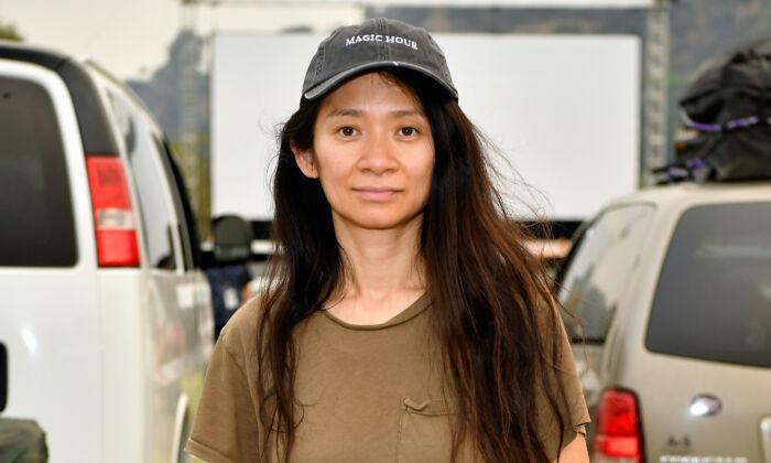 Chloe Zhao asiste a un autocine al estreno de Nomadland, organizado por Fox Searchlight y el Festival de Cine de Telluride en el Rose Bowl en Pasadena, California, el 11 de septiembre de 2020. (Amy Sussman/Getty Images)