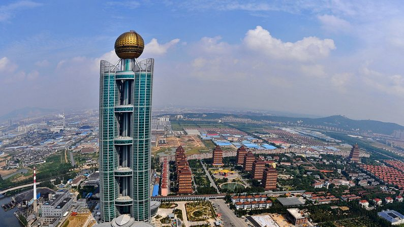 Hotel Internacional Longxi, de 328 metros de altura, cuya construcción costó 470 millones de dólares, en Huaxi, pueblo en la provincia oriental china de Jiangsu. (STR/AFP via Getty Images)
