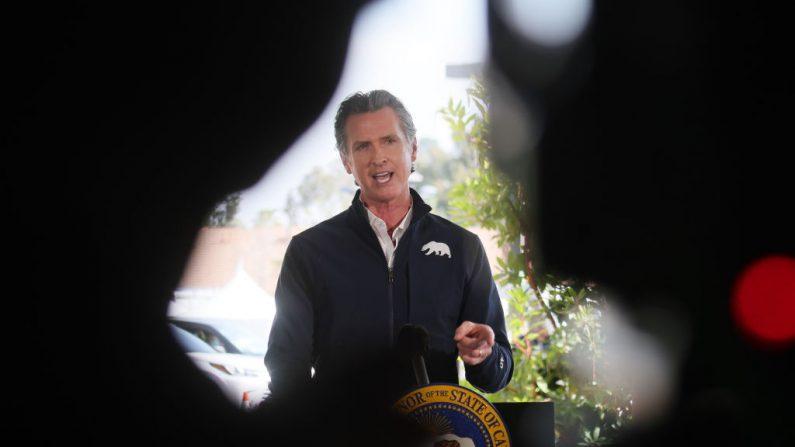 El gobernador de California, Gavin Newsom, habla en una conferencia de prensa luego de la apertura de un nuevo sitio de vacunación anti-COVID a gran escala, en Cal State Los Angeles, el 16 de febrero de 2021, en Los Ángeles, California. (Mario Tama/Getty Images)