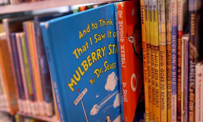 Libros del Dr. Seuss en la sucursal de Chinatown de la Biblioteca Pública de Chicago en Chicago, Illinois, el 2 de marzo de 2021. (Scott Olson/Getty Images)