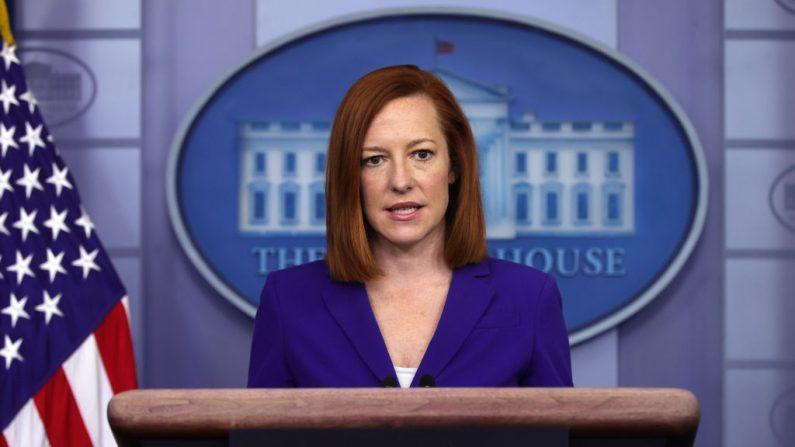 La secretaria de prensa de la Casa Blanca, Jen Psaki, habla durante una conferencia de prensa diaria en la sala de conferencias de prensa James Brady de la Casa Blanca el 8 de marzo de 2021 en Washington, DC. (Alex Wong / Getty Images)