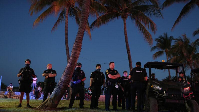 Los oficiales de policía de Miami Beach patrullan a lo largo de Ocean Drive el 21 de marzo de 2021 en Miami Beach, Florida. (Joe Raedle / Getty Images)
