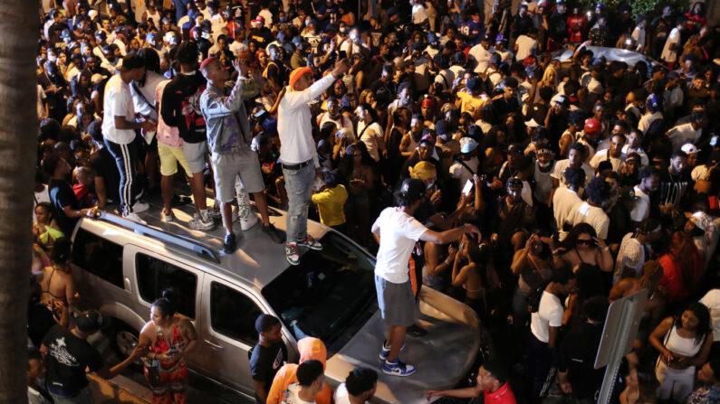 La gente se reúne mientras sale del área cuando el toque de queda a las 8 pm entra en vigencia el 21 de marzo de 2021 en Miami Beach, Florida. (Joe Raedle / Getty Images)