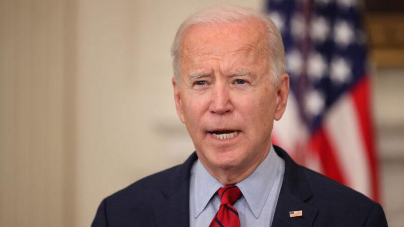 El presidente de Estados Unidos, Joe Biden, pronuncia un discurso en el Comedor de Estado de la Casa Blanca el 23 de marzo de 2021 en Washington, DC. (Chip Somodevilla/Getty Images)