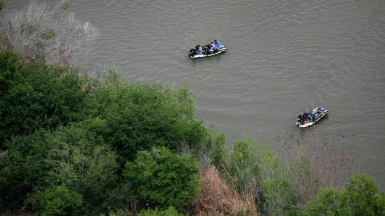 Los contrabandistas transportan a los inmigrantes ilegales a través del Río Grande en botes, visto desde un helicóptero del Departamento de Seguridad Pública de Texas cerca de la frontera entre Estados Unidos y México el 23 de marzo de 2021 en McAllen, Texas. (John Moore/Getty Images)