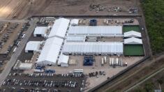 Gobierno de Biden acepta que la prensa ingrese a un complejo fronterizo por primera vez