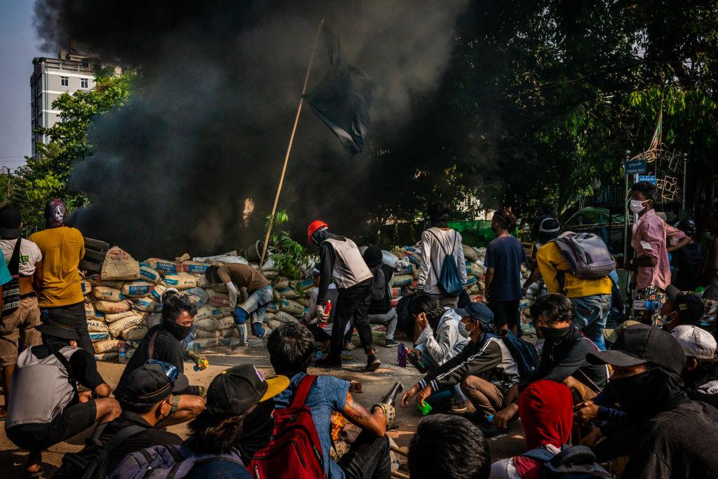 Miles de refugiados birmanos huyen a Tailandia tras bombardeos del Ejército  | Birmania | Golpe de Estado | Protestas | The Epoch Times en español