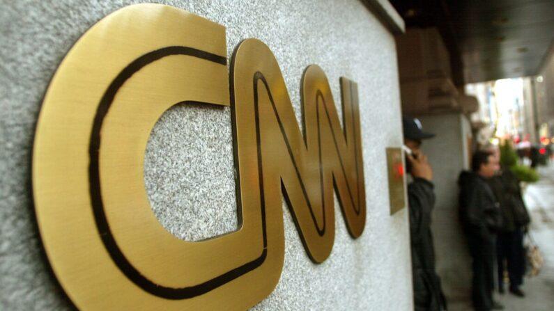 El cartel de CNN se ve fuera de la sede de la cadena de noticias en la ciudad de Nueva York, en una fotografía de archivo. (Mario Tama/Getty Images)