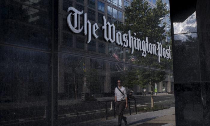 Un hombre pasa por delante de la sede del Washington Post en Washington el 5 de agosto de 2013. (Brendan Smialowski/AFP vía Getty Images)