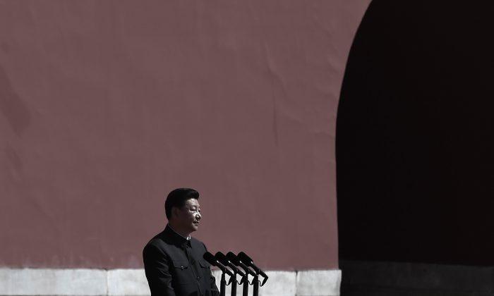 El presidente chino, Xi Jinping, se prepara para pasar revista a las tropas del Ejército Popular de Liberación desde un coche durante un desfile militar para conmemorar el 70º aniversario del final de la Segunda Guerra Mundial, en Pekín el 3 de septiembre de 2015. (Wang Zhao - Pool /Getty Images)