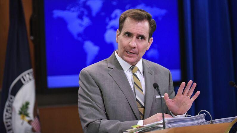El portavoz del Departamento de Estado, John Kirby, habla durante la sesión informativa diaria en el Departamento de Estado, el 6 de enero de 2015, en Washington, D. C. (MANDEL NGAN/AFP a través de Getty Images)