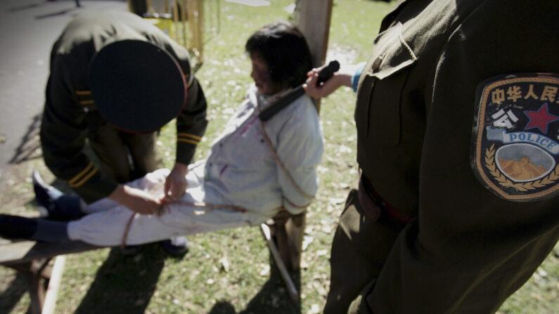 Una recreación de la persecución hacia los practicantes de Falun Gong en China, en Sydney, Australia, el 20 de julio de 2005. (Ian Waldie/Getty Images)